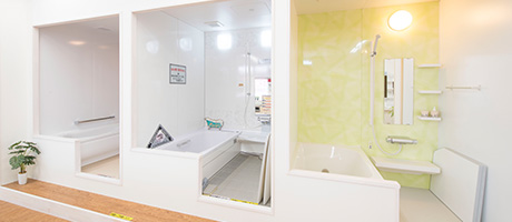 システムバスのコーナーです。実際に浴槽に入ってみて、広さを体感、比較できます。